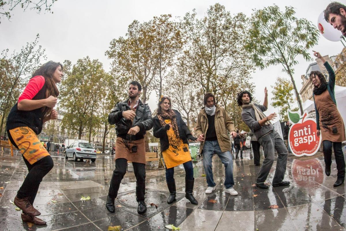 Distrib Du 16 Octobre Place De La Republique Paris Les Gars